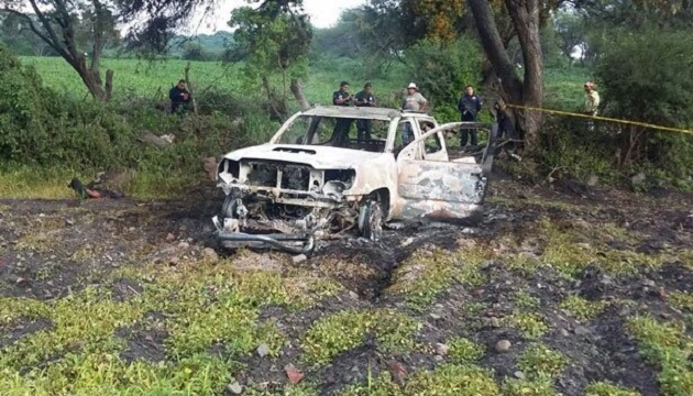 En la parte de la caja del vehículo se hallaron 5 cuerpos, tres más en la cabina y uno más tirado aproximadamente a 3 metros de la unidad