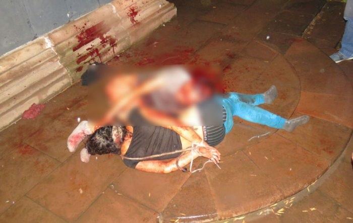 En las primeras horas de este domingo, bajo una fuerte lluvia que azotaba la ciudad de Uruapan, los presuntos asaltantes aún permanecían tirados en el sitio; estaban inconscientes a causa de la golpiza