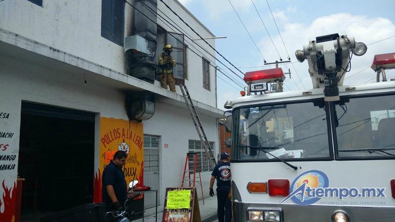 Las llamas surgieron de la campana y la chimenea de la negociación (FOTOS: FRANCISCO ALBERTO SOTOMAYOR)