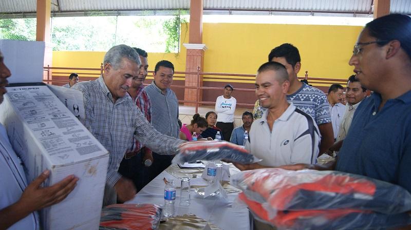 En Ziracuaretiro se hizo entrega de uniformes y equipo especializado a brigadistas de la dependencia estatal para atender acciones en campo de combate a plagas y enfermedades