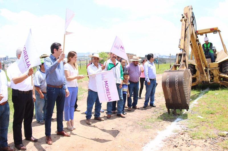 El alcalde anunció a los presentes el inicio del proyecto ejecutivo de otra obra solicitada por los vecinos de la escuela Niño Artillero, que consiste en la construcción de un drenaje de limpia de aguas en el arroyo cercano