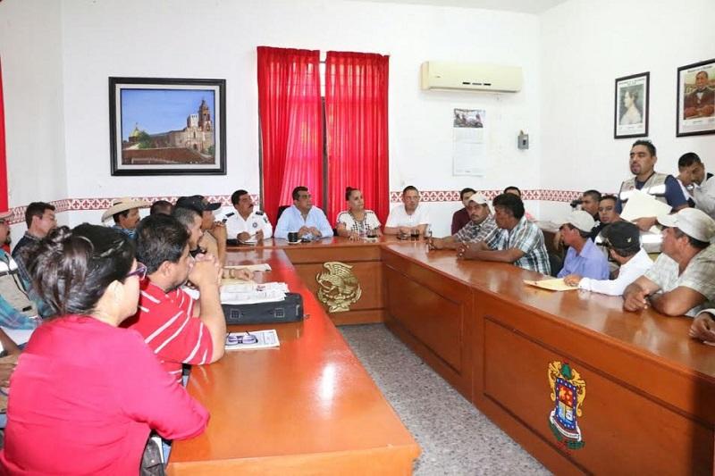 Elías Ibarra reiteró el compromiso de su administración municipal de apoyar a los transportistas de su municipio con la finalidad de que mejoren sus condiciones de trabajo y el servicio que ofrecen a los huetamenses