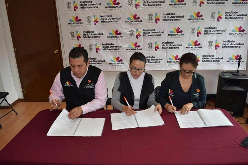 """Juan Carlos Barragán, director general del ICATMI, resaltó la importancia de este convenio, mediante el que se entregarán 300 becas a lo largo del estado de Michoacán, """"la idea es mejorar la calidad de vida de los jóvenes"""""""