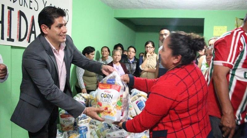Con el propósito de ayudar en la economía de los hogares que más lo necesitan, el legislador repartió alimentos de la canasta básica a los vecinos de algunas colonias marginadas de la ciudad