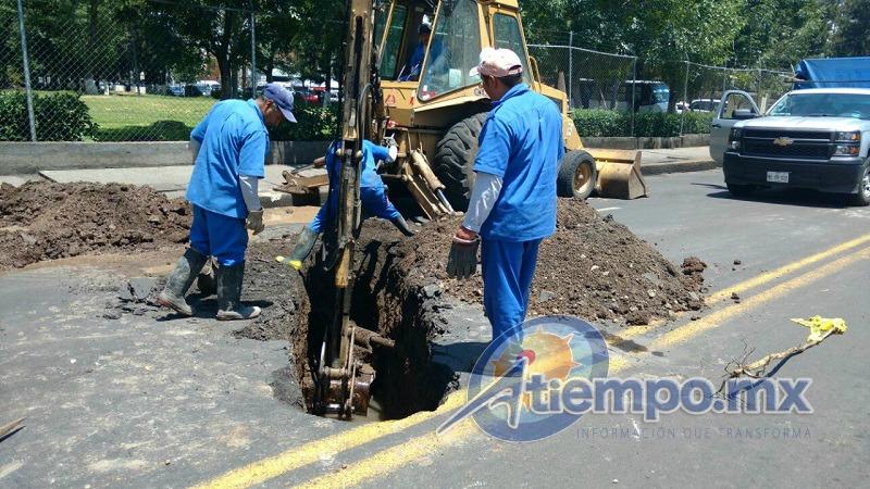 Al lugar arribó maquinaria, con la cual personal del OOAPAS comenzó con las reparaciones (FOTOS: FRANCISCO ALBERTO SOTOMAYOR)