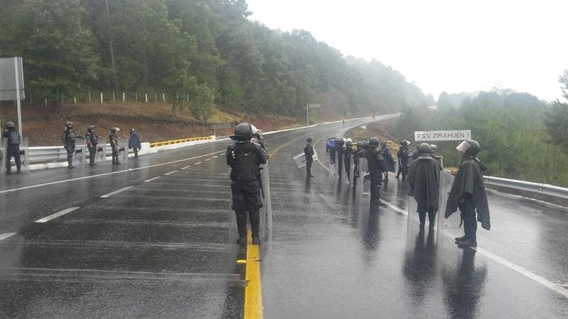 Con el apoyo de bomberos, se controló el fuego de las unidades incendiadas y con grúas, la Policía Michoacán retiró cuatro vehículos que habían sido atravesados en diversos puntos de la autopista