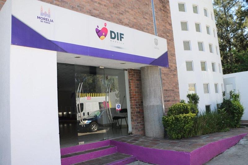 El joven de 16 años llegó a las oficinas centrales del DIF Morelia el pasado 10 de agosto, acompañado de dos vecinas, quienes indicaron que es habitante de la colonia Primavera, y que tiene otros tres hermanos