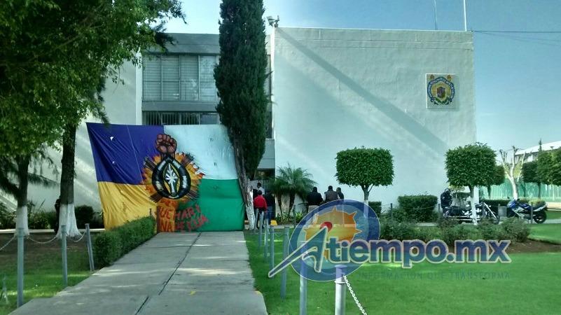 Los manifestantes argumentan que hace unos días entregaron un pliego petitorio al rector de la UMSNH, Medardo Serna González, y que hasta la fecha éste no les ha respondido (FOTO: FRANCISCO ALBERTO SOTOMAYOR)