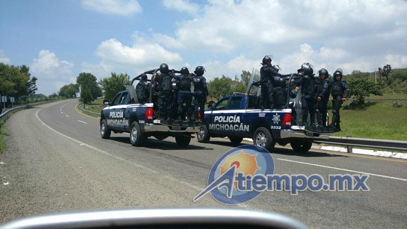 Como se recordará, para exigir plazas automáticas y de por vida, los normalistas de Michoacán quemaron al menos 8 vehículos la semana pasada (FOTOS: FRANCISCO ALBERTO SOTOMAYOR)