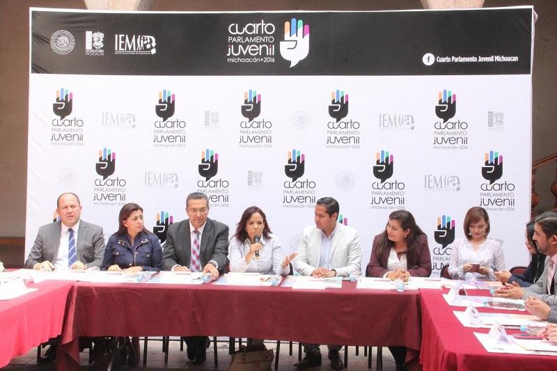 Los 40 jóvenes que fueron seleccionados, además de recibir una mini Laptop y dos vales de mil pesos para canjear por libros, recibirán durante tres días capacitación