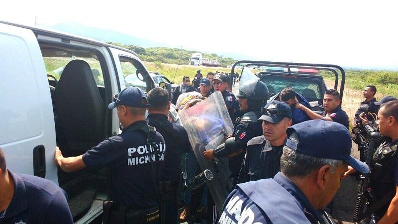 La semana pasada, los normalistas quemaron por lo menos ocho camionetas de la iniciativa privada y bloquearon tanto carreteras estatales como autopistas y las vías del tren en el municipio de Salvador Escalante