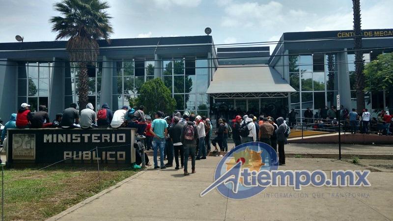 Al lugar arribaron normalistas de Tiripetío en un autobús, así como estudiantes de la Escuela Normal de Educadoras (FOTO: FRANCISCO ALBERTO SOTOMAYOR).