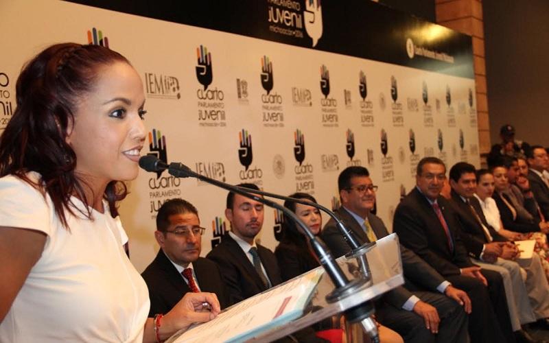 """Es importante mencionar, que como parte de los trabajos del Cuarto Parlamento Juvenil se realizaron las conferencias """"Derecho Parlamentario"""", impartida por Ezequiel Hernández Arteaga; y """"Comunicación Política"""", impartida por Gladis Pérez Martínez"""