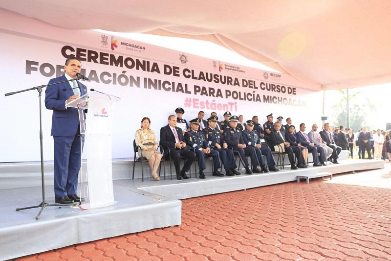 El mandatario acompañado de los integrantes del Grupo de Coordinación Michoacán, presenció la graduación y tomó protesta a los 387 nuevos elementos policiales