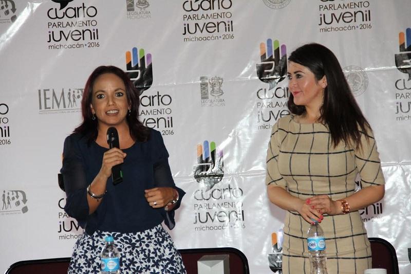 Al respecto, la diputada Andrea Villanueva presidenta del Comité Organizador del Cuarto Parlamento Juvenil, indicó que el curso tiene por objetivo ofrecer herramientas para que los jóvenes desarrollen habilidades para debatir