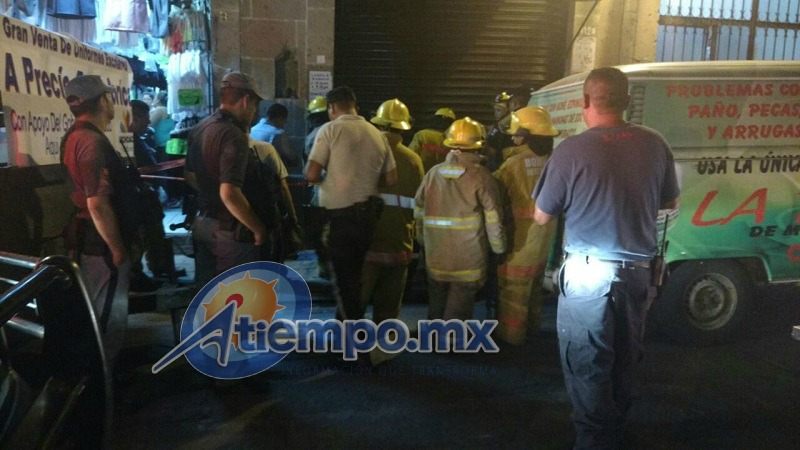 Al interior de una perfumería, ubicada en el 412 de la calle Vasco de Quiroga, se estaba incendiando una bolsa de basura (FOTOS: FRANCISCO ALBERTO SOTOMAYOR)