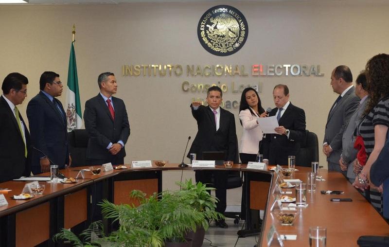 El acto estuvo a cargo del consejero electoral, Marco Antonio, quien lo calificó como un hombre de resultados, inteligente y analítico que imprimirá su sello en Michoacán