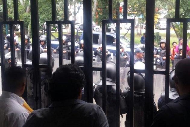 Los manifestantes fueron vigilados de cerca por elementos de la SSP de Michoacán, quienes resguardaron el inmueble y liberaron la vialidad (FOTOS: ABEL IBIZA)