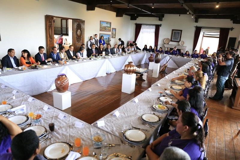 Silvano Aureoles se congratuló de poder recibir a los vecinos del municipio de Parácuaro y convivir con ellos en Casa de Gobierno