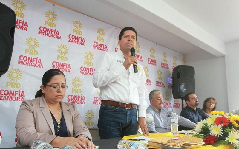 García Conejo recordó que el PRD históricamente ha ido de la mano con los maestros, muchos de ellos son líderes importantes del partido, además de que ha sido su aliado en las luchas sociales