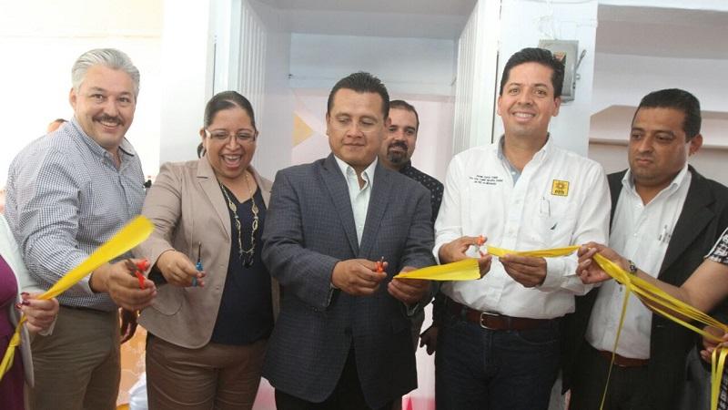 Carlos Torres Piña y Antonio García Conejo cortaron el listón que apertura de nueva cuenta las oficinas del Comité Ejecutivo Municipal de Zamora