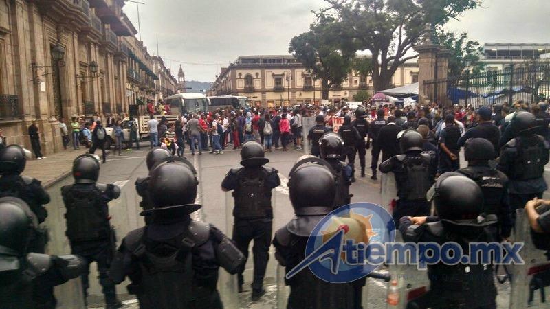 En esta ocasión, los normalistas no pudieron realizar actos vandálicos, pues fueron vigilados de cerca por un contingente de la SSP de Michoacán (FOTO: FRANCISCO ALBERTO SOTOMAYOR)