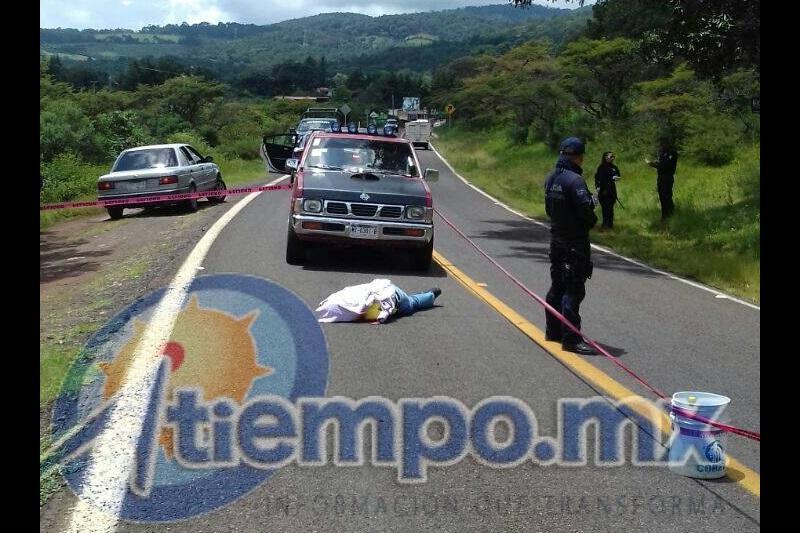 La fiscalía de Michoacán investiga la relación de este crimen con el enfrentamiento del viernes, y en Tiquicheo se ha reforzado la presencia del Ejército Mexicano (FOTO: FRANCISCO ALBERTO SOTOMAYOR)