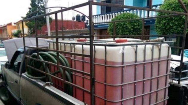 En el inmueble fueron encontrados 15 contenedores con capacidad para mil litros cada uno, dos tambos de 200 litros cada uno, así como 23 contenedores vacíos con capacidad de mil litros cada uno y tres vehículos