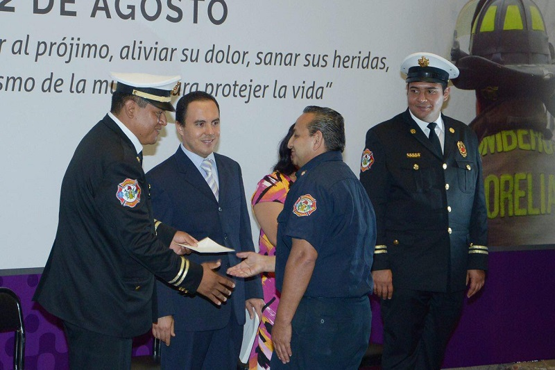 En el marco del 143 Aniversario del Día Nacional de los Bomberos, la Secretaría del Ayuntamiento, entregó equipos de trabajo e incentivos para el cuerpo de Protección Civil y Bomberos de Morelia
