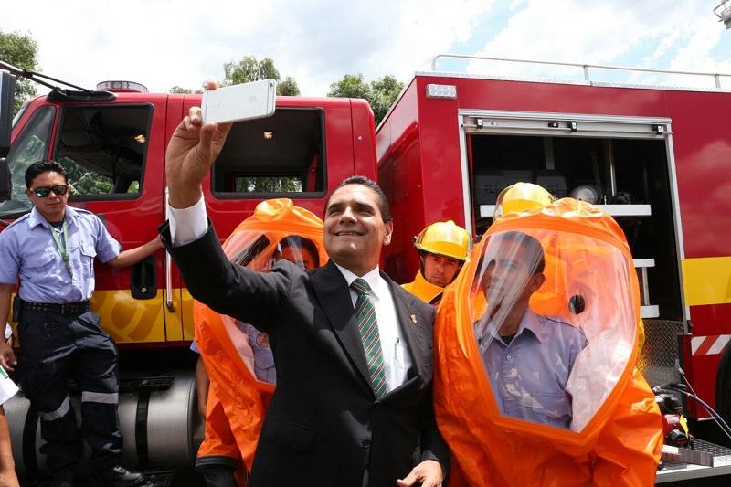En su turno, el coordinador estatal de Protección Civil, Carlos Mandujano, recordó que el Día Nacional del Bombero se celebra el 22 de agosto, para honrar a las personas que realizan esta profesión de alto riesgo