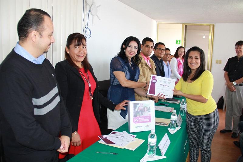La directora académica de la Univim, Dulce Selene Rosas Mendieta, le entregó a la rectora el proyecto