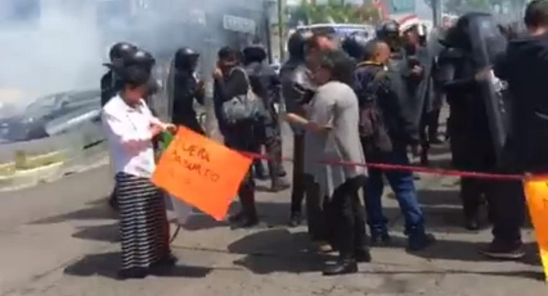 Cabe hacer mención de que esta es la tercera ocasión en este mes que elementos policíacos repliegan a trabajadores de salud durante manifestaciones en las que bloquean vialidades