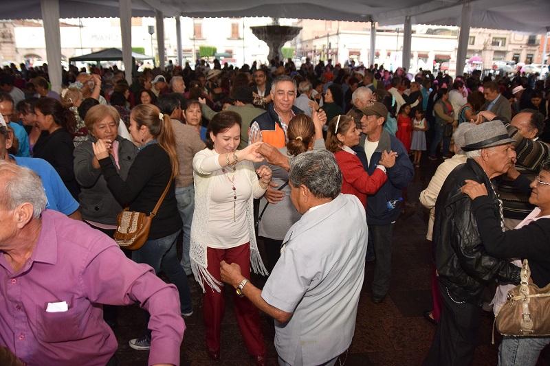 Abuelitos y abuelitas se dieron cita para disfrutar de una tarde de música y antojitos mexicanos