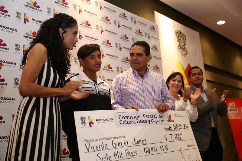 Tras felicitar a las y los atletas, Aureoles Conejo señaló que se mejorará la capacidad financiera para atender el deporte en el estado