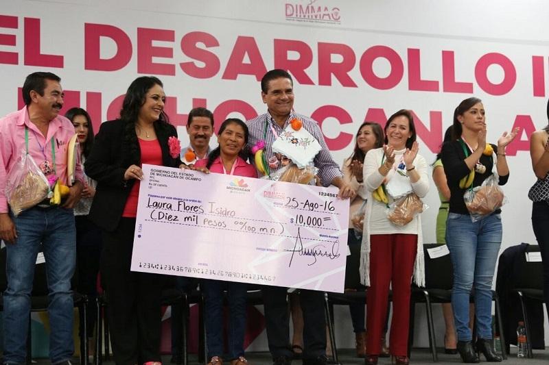 Silvano Aureoles hizo entrega de apoyos sociales, cemento y fertilizante a agremiadas de DIMMAC