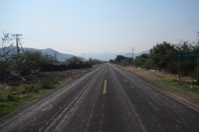 Las labores consisten en bacheo, desmonte, limpieza de cunetas y señalización en los 55.2 kilómetros lineales de la vialidad, comprendida entre los municipios de Gabriel Zamora y Nuevo Urecho