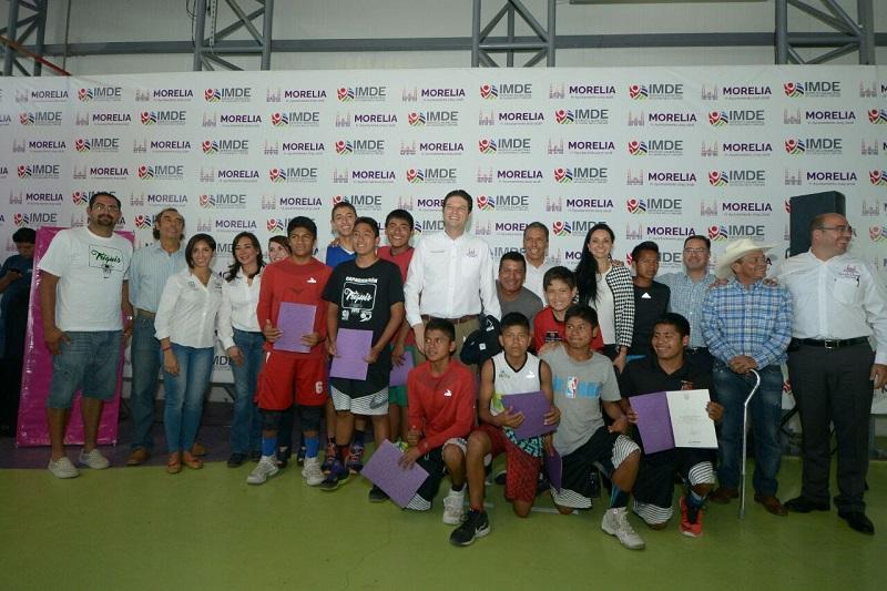 En tanto, el alcalde de Morelia, Alfonso Martínez reconoció a los niños triquis por su esfuerzo y talento