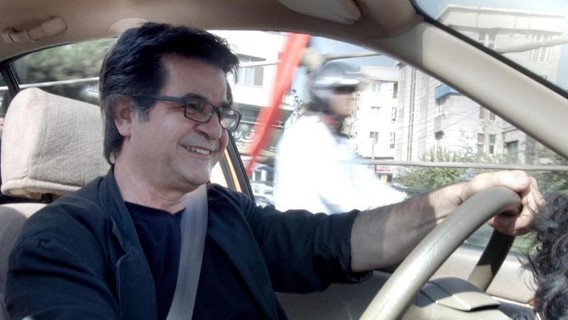 Taxi Teherán no olvida las obsesiones temáticas del cineasta: la libertad de expresión y la situación de las mujeres en la sociedad, simplemente las presenta con un formato más entretenido, con grandes dosis de ironía