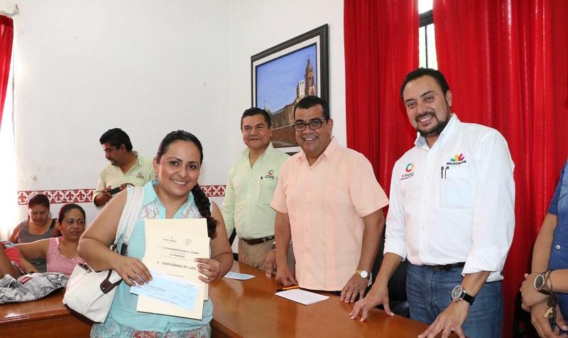 Entrega créditos a microempresarios el alcalde de Huetamo, Elías Ibarra