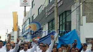 Marchan trabajadores del sector salud en Morelia