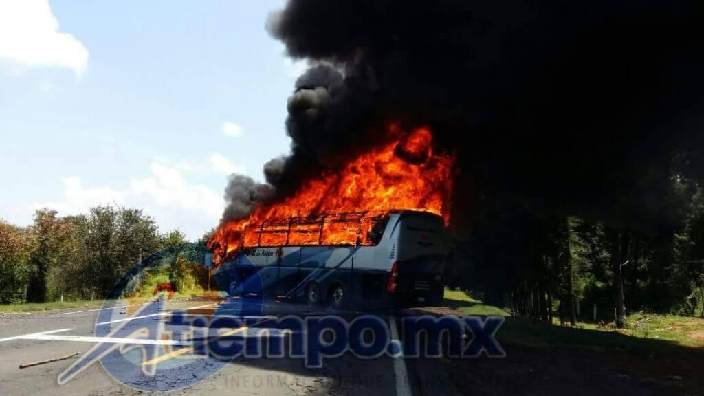 Normalistas queman autobús y se enfrentan a la policía
