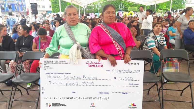 El alcalde de Zitácuaro, Carlos Herrera Tello, resaltó que con esta entrega el Gobernador Silvano Aureoles Conejo cumple su compromiso de apoyar a las jefas de familia