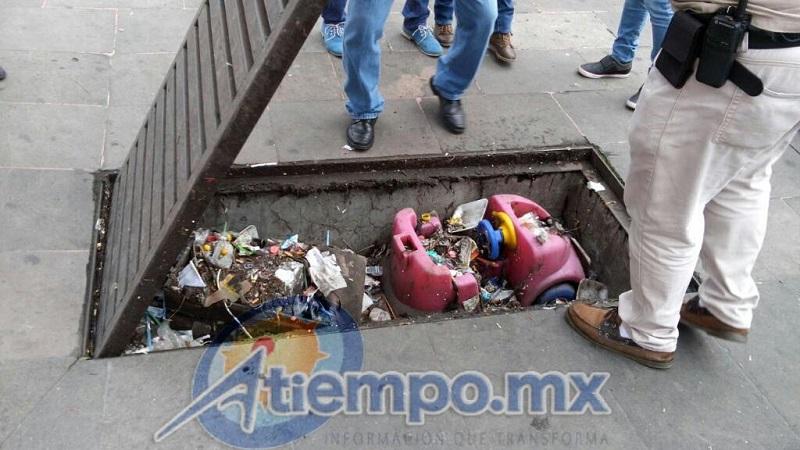En la víspera, la diputada del PRI, Rosa María de la Torre, y un grupo de curiosos trataron de impedir el cumplimiento del Bando de Gobierno Municipal que restringe el comercio informal en el Centro Histórico (FOTOS: MARIO REBOLLAR)
