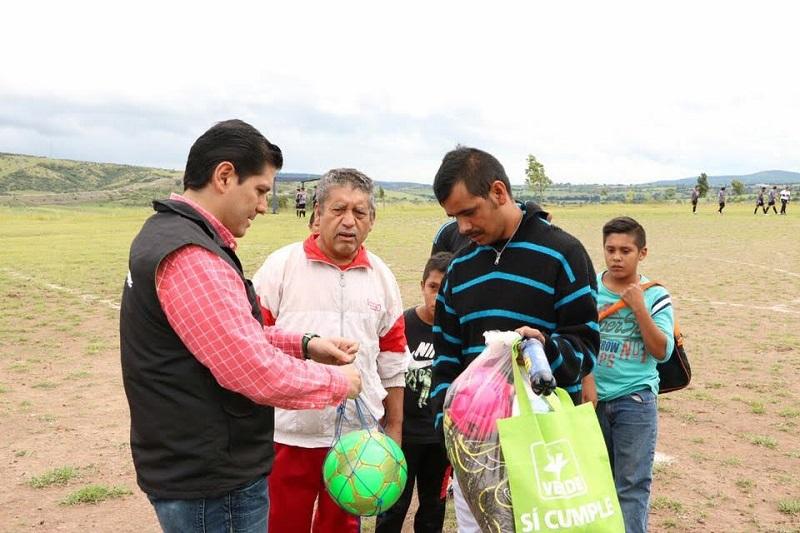 El diputado local realizó otra donación de malla para la cancha de fútbol y basquetbol de la unidad deportiva de la colonia Salvador Escalante
