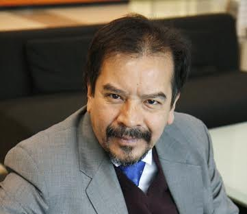 El autor, Enrique Acha, es un catedrático de Ingeniería michoacano especializado en las energías limpias, eficientes y sustentables; trabajó por más de 20 años en investigación y docencia en la Universidad de Glasgow, Escocia; actualmente es catedrático en la Universidad Tecnológica de Tampere, Finlandia
