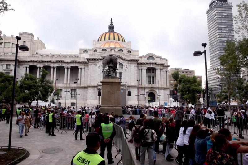Cabe destacar que cada minuto entraban al máximo recinto cultural de México 35 personas que no dejaban de llorarle a su ídolo