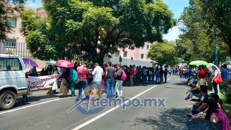 Además, los normalistas expresaron su rechazo a la reforma educativa y exigieron plazas automáticas para los recién egresados de las normales rurales de Michoacán (FOTOS: FRANCISCO ALBERTO SOTOMAYOR)