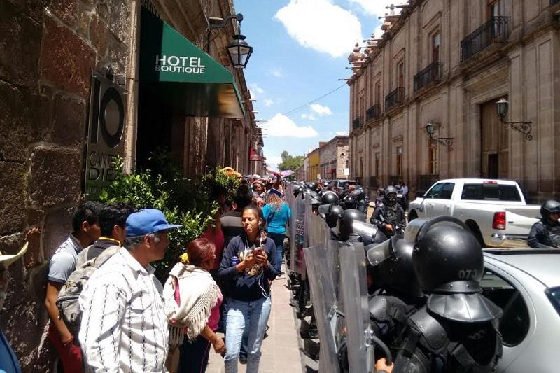 Pese a que los antorchistas y jóvenes de la FNERRR violaban el derecho al libre tránsito de cientos de morelianos, ahora ellos acusan a las autoridades de haber violado su derecho de manifestación