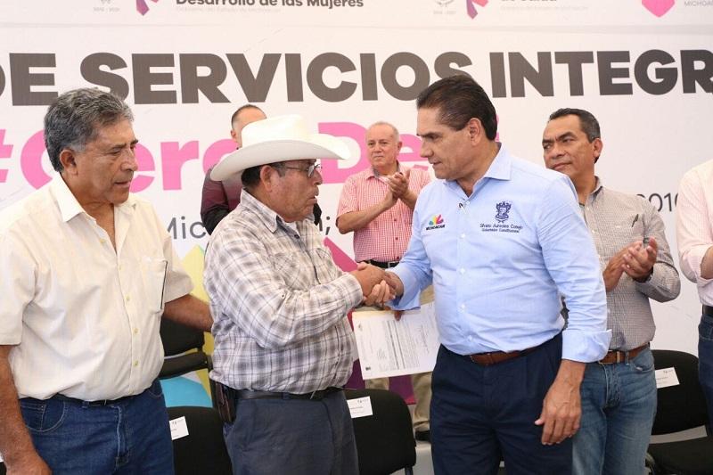 """Aureoles Conejo refirió que juntos, autoridades y sociedad, pueden construir un futuro mejor para la entidad, """"cuando la gente vive con dificultades, es una obligación nuestra ayudarles"""""""