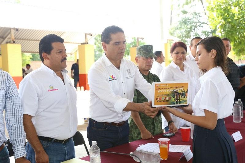 """El mandatario estatal manifestó que el Comité Ciudadano aprobó 19 obras de infraestructura y 30 proyectos sociales en beneficio de los pobladores de Pinzándaro, trabajos que """"están tomando rumbo"""""""